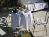 cortile con tavolo imbandito per la colazione