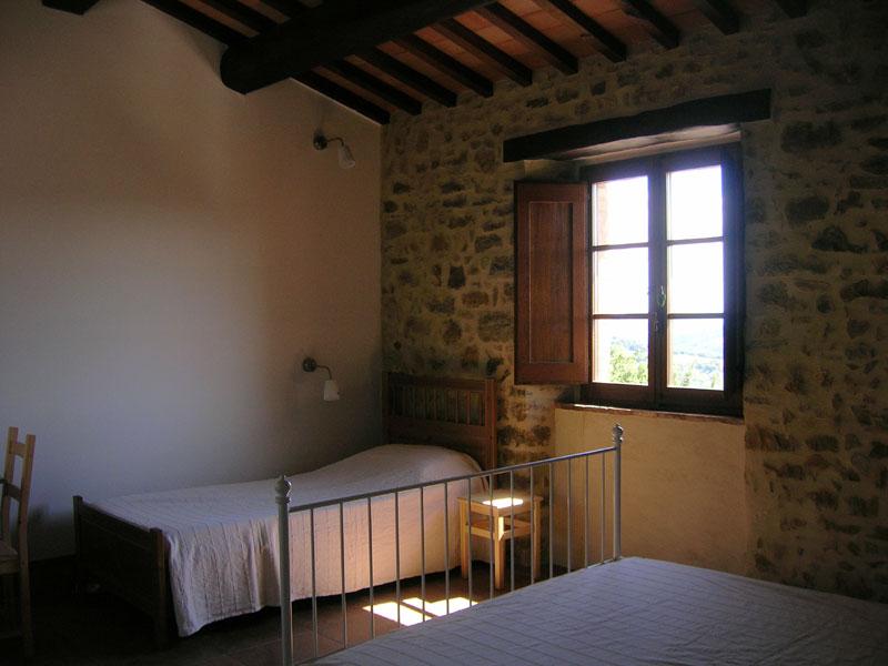 Camera rossa tripla in agriturismo tra gubbio e assisi - Finestre castelli medievali ...